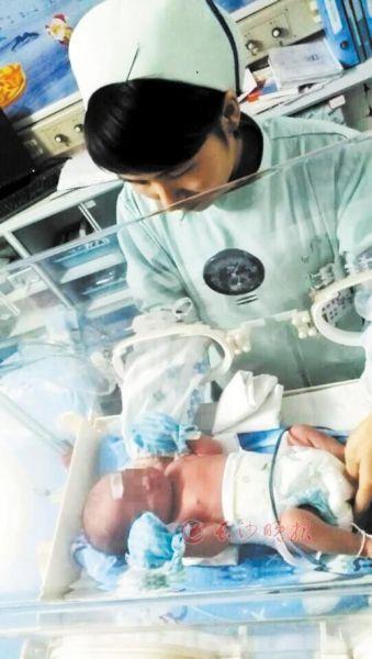 女婴急救车内出生不到5小时 父母相继失联