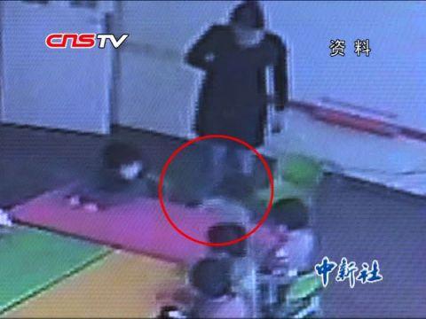 幼儿园老师虐童 校长主动给远程监控