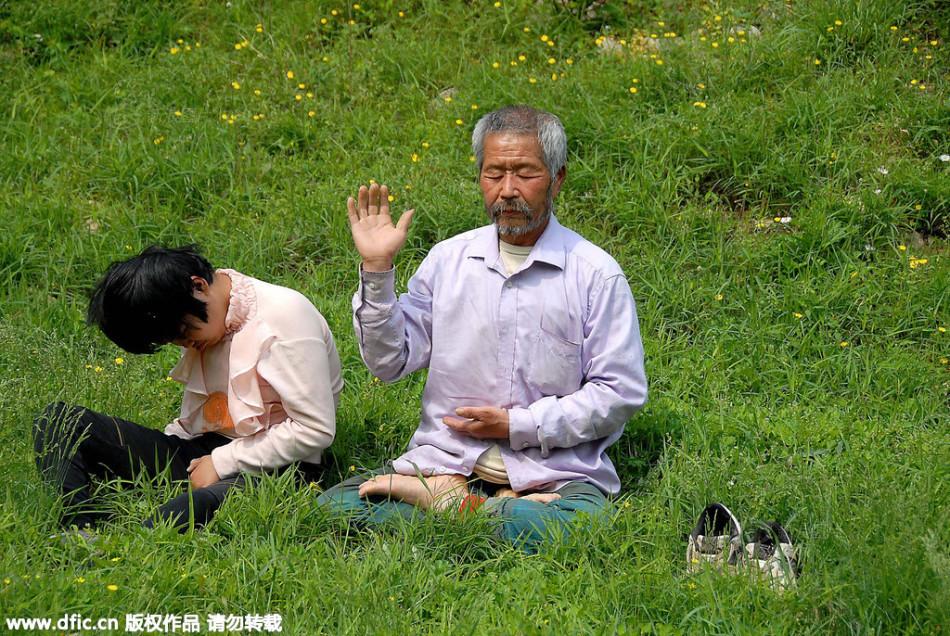 7旬老人收养脑瘫弃婴14年 每日扛养女深谷打坐
