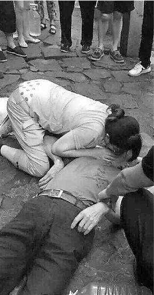女护士为口吐白沫老人做人工呼吸近半小时